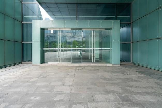 El piso vacío de la plaza y las paredes exteriores de los edificios modernos.