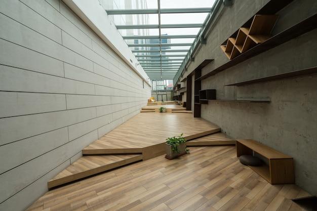 Los pisos de madera vacíos y las paredes de cemento están adentro.