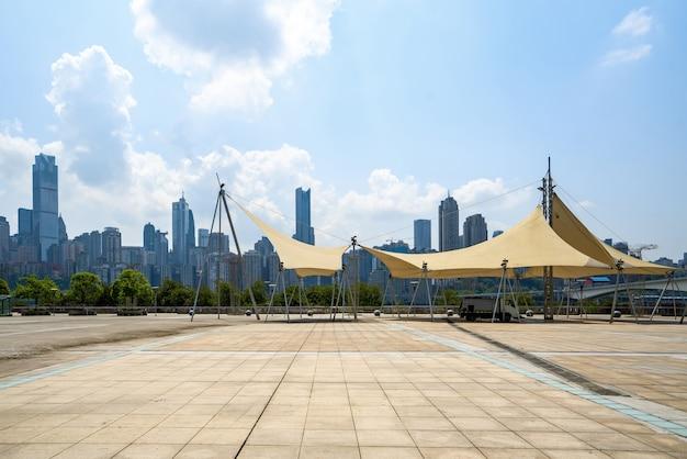 Pisos vacíos y edificios de oficinas en el centro financiero, chongqing, china