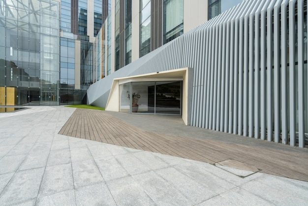 Pisos vacíos y edificios de oficinas en el centro financiero, qingdao, china