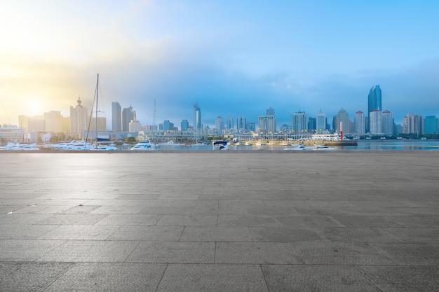 Pisos vacíos y horizonte urbano en qingdao, china