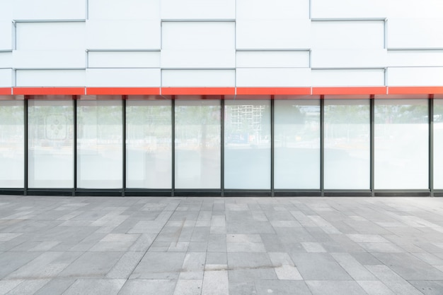 Pisos vacíos y ventanas de vidrio en el centro comercial.