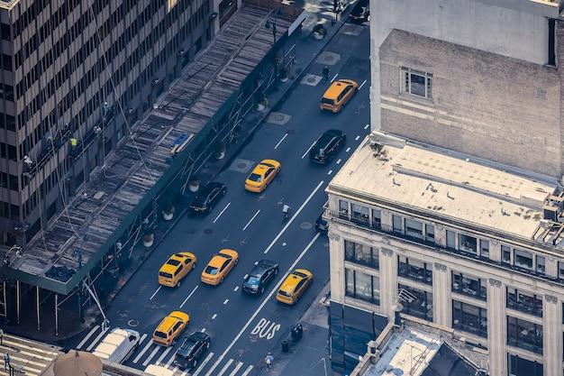 Pista de aterrizaje de la ciudad de nueva york, con edificios y calles llenas de los famosos taxis amarillos durante el día. concepto de viaje y transporte. nueva york, estados unidos.