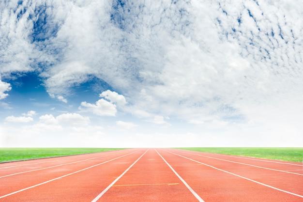 Pista de atletismo con cielo de nubes de belleza