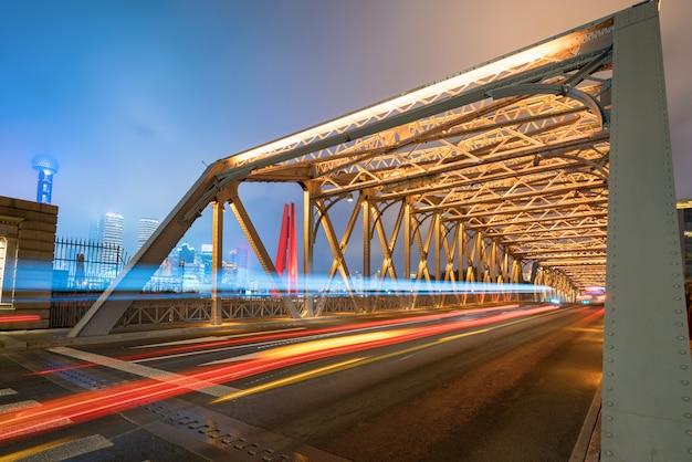 La pista del automóvil en el puente de hierro, baiduqiao, shanghai, china