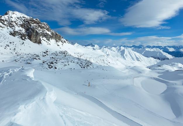 Pista de esquí en invierno por la mañana silvretta alps (tirol, austria). todas las personas son irreconocibles.