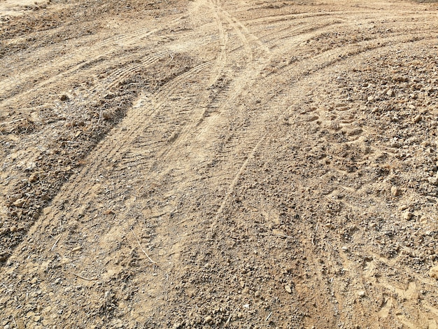 Pista de neumáticos de muchos vehículos en tierra