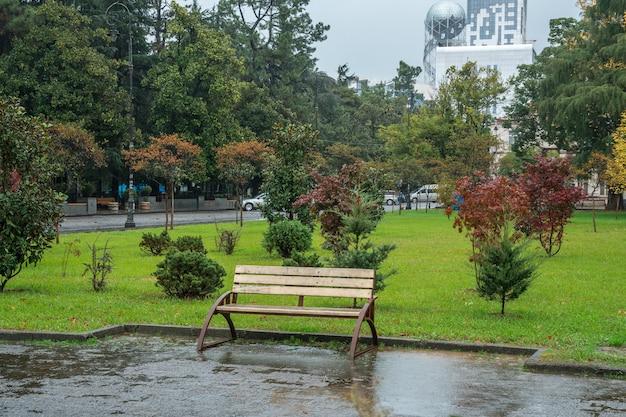 Pista del parque junto al mar bajo la lluvia después del final de la temporada turística.