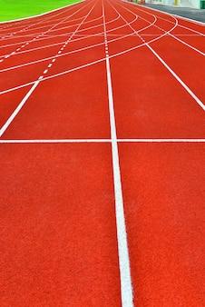 Pista roja en estadio para el fondo de atletas