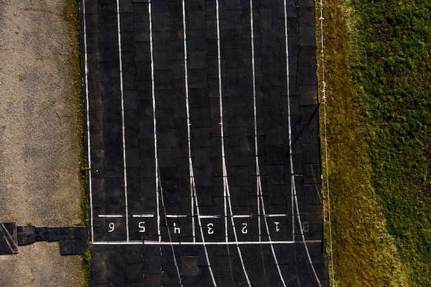 Pista de textura con números de carril, pista de atletismo.