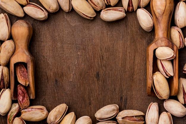 Pistachos tostados y bastidor de cuchara de madera