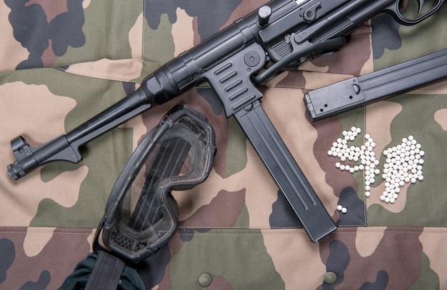 Pistola de aire suave con gafas protectoras y muchas balas