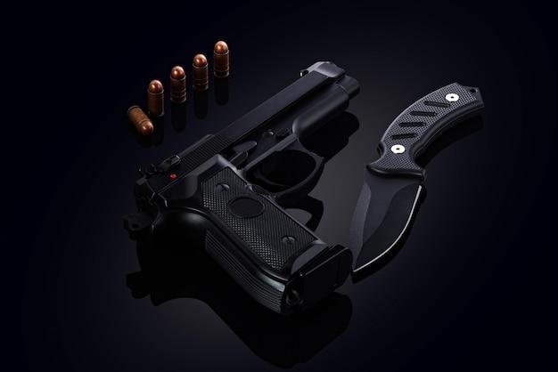 Pistola con bala y cuchillo de combate