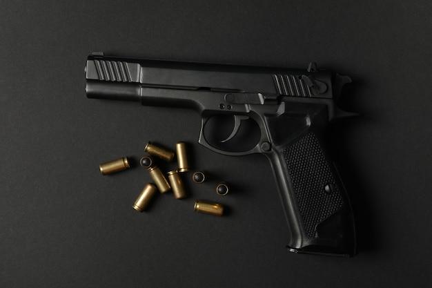 Pistola y balas traumáticas en negro. arma de autodefensa