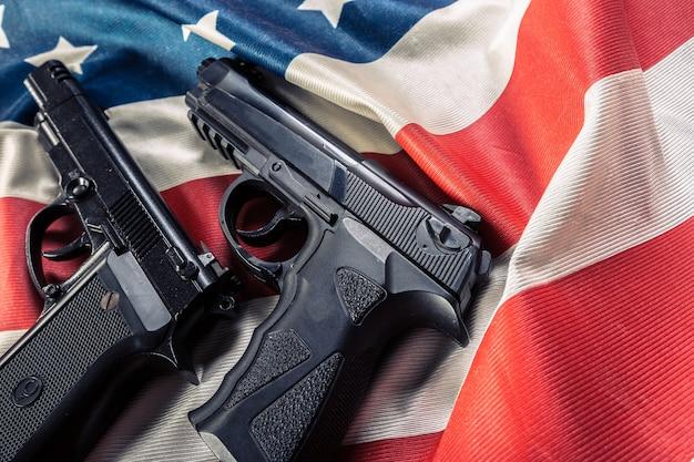 Pistola en la bandera americana