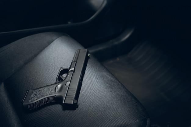 Pistola oculta en auto