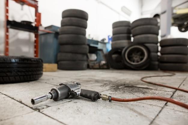 Pistola de vacío para reemplazar las ruedas del automóvil en el piso, concepto de transporte