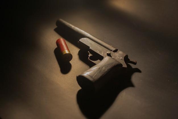 Pistola vieja y balas