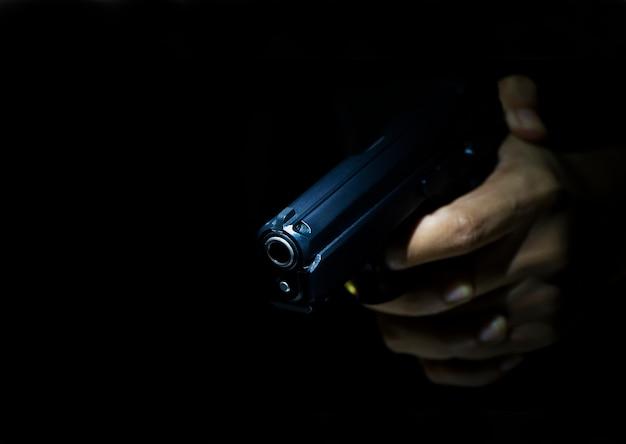 Pistolero con arma de fuego con fondo oscuro