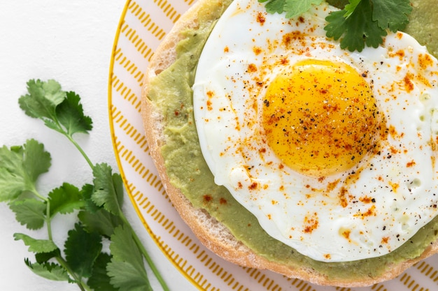 Pita de cerca con aguacate y huevo frito