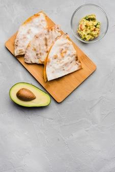 Pita cerca de guacamole y aguacate