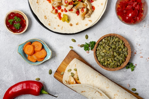 Pita y verduras en platos