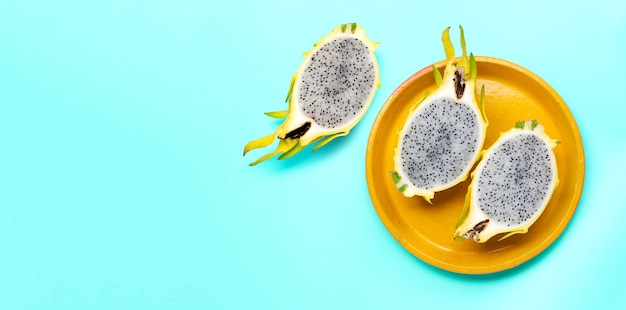 Pitahaya amarilla o fruta del dragón sobre superficie azul