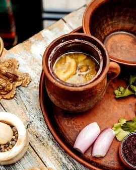 Piti nacional azerí con grasa de cordero en una cazuela de barro