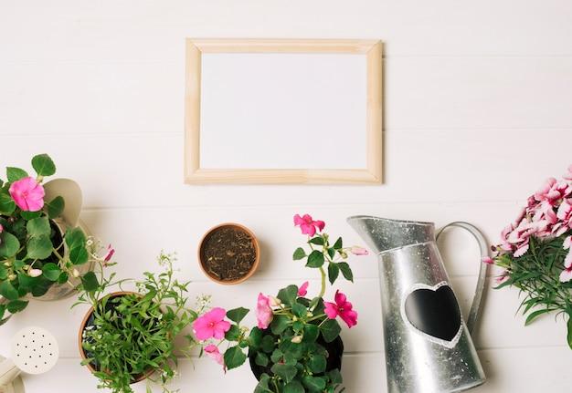 Pizarra blanca con flores en mesa blanca