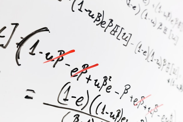 Pizarra blanca con matemáticas