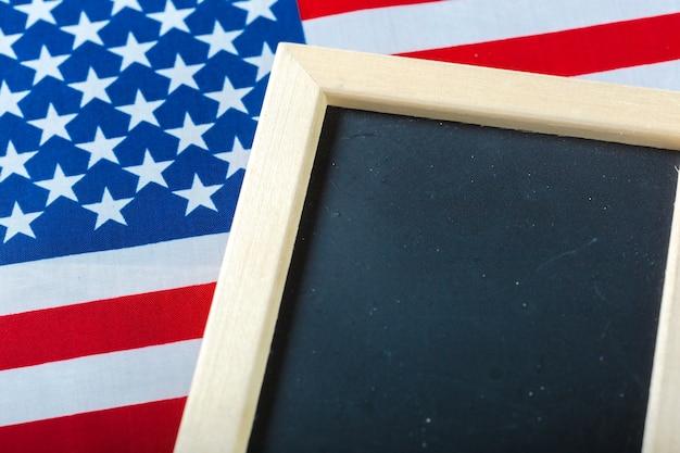 Pizarra en blanco con bandera americana