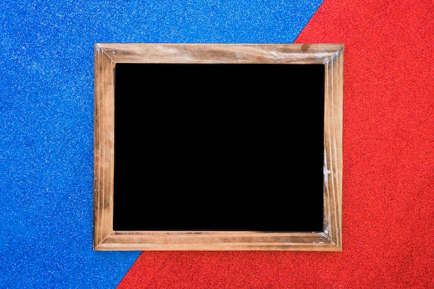 Pizarra en blanco de madera sobre doble fondo azul y rojo
