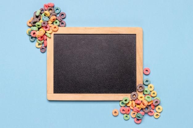 Pizarra y cereales con copia espacio de fondo