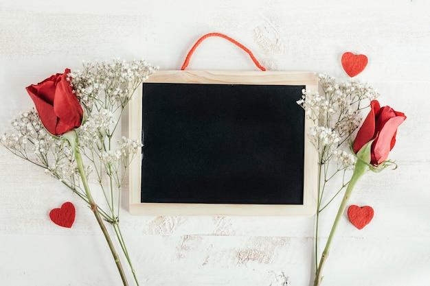 Pizarra con corazón y rosas rojas