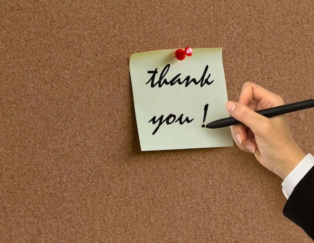 Pizarra de corcho con una nota de agradecimiento
