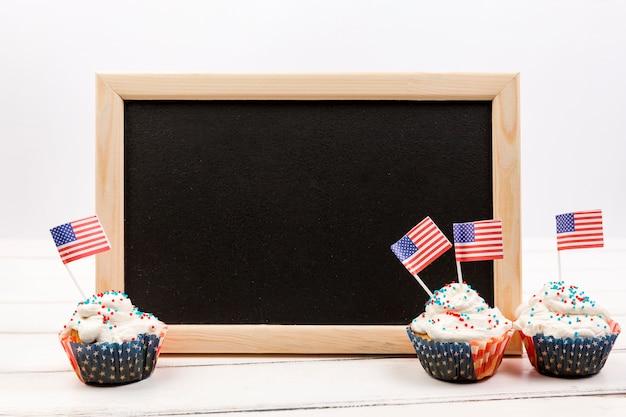 Pizarra y cupcake con banderas americanas.