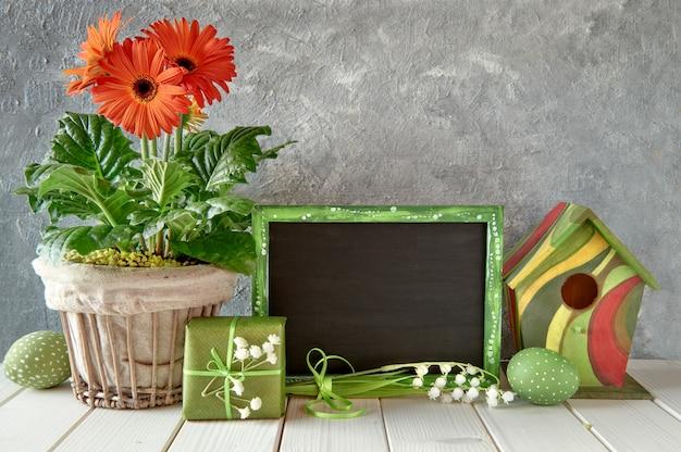 Pizarra con decoraciones de primavera