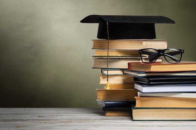 Pizarra escolar con pila de libros
