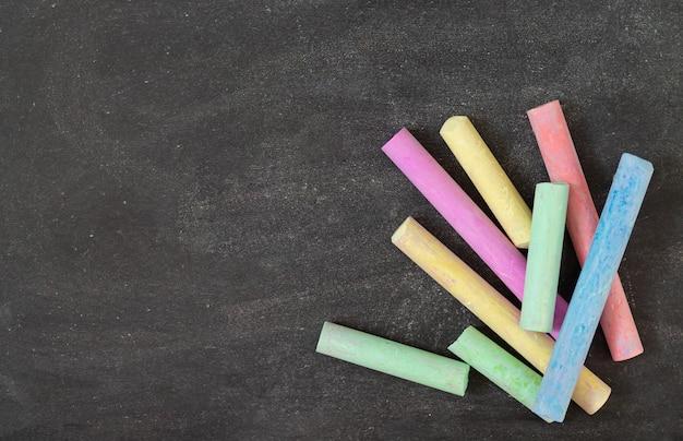 Pizarra de la escuela con tizas de colores