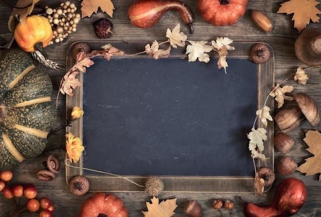 Pizarra con espacio de texto con decoraciones de otoño