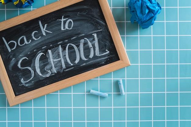 Pizarra con inscripción de regreso a la escuela