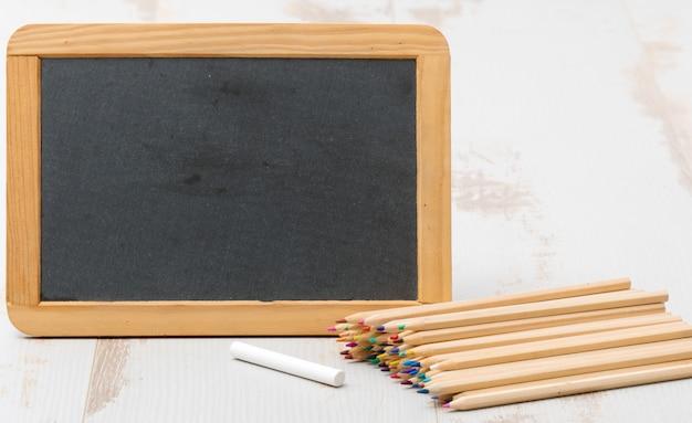 Pizarra y lápices de colores