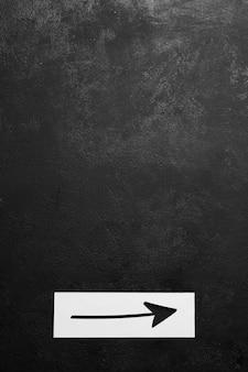 Pizarra minimalista con flecha