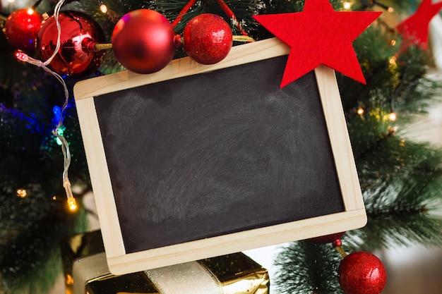 Pizarra negra con adornos navideños