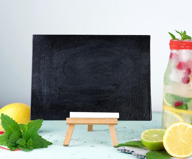 Pizarra negra vacía para escribir una receta de bebida de verano