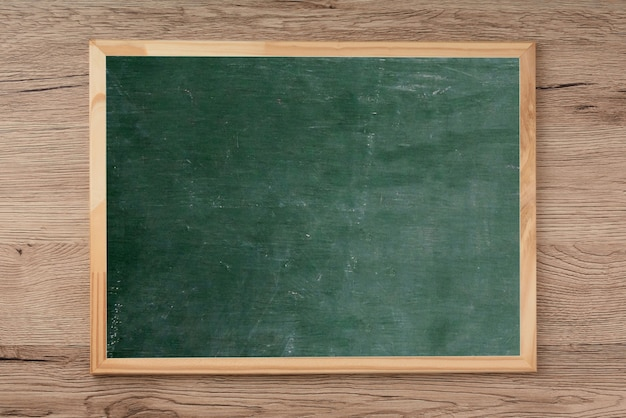 Pizarra en el piso de madera, espacio en blanco para la entrada de texto.