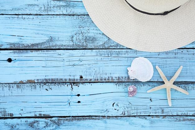 Pizarra plana de madera de accesorios de vacaciones.