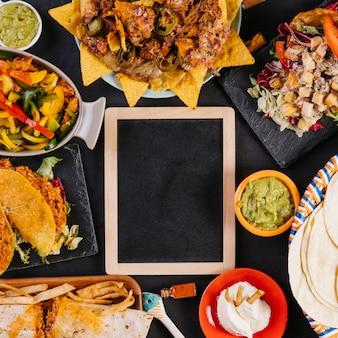 Pizarra de primer plano y platos mexicanos