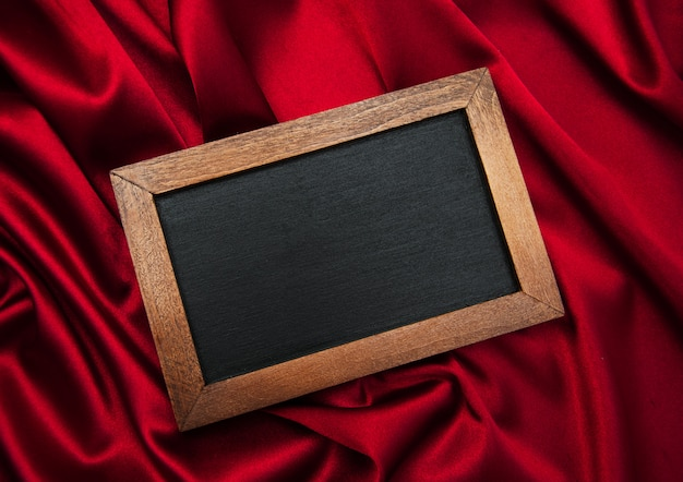 Pizarra sobre una seda roja.