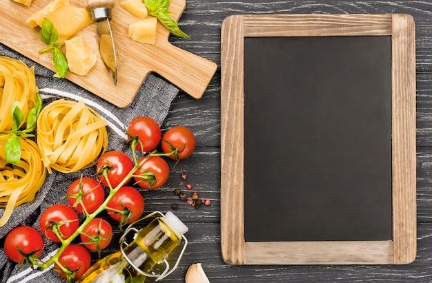 Pizarra y tablero de madera con ingredientes.